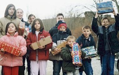 Jungen und Mädchen in der Region Maljevac/Velika Kladusa (Kroatien/Bosnien-Herzoegowina) nach dem Verteilen der Geschenkpakete