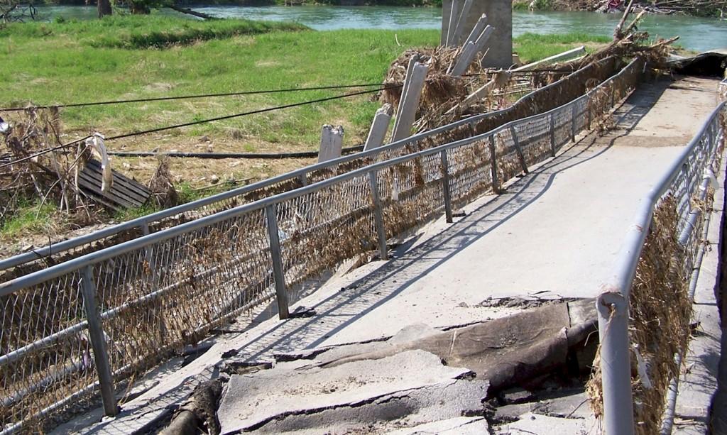 Hilfsfahrt Juni 2014 - Reste einer vom Wasser niedergerissenen Autobrücke