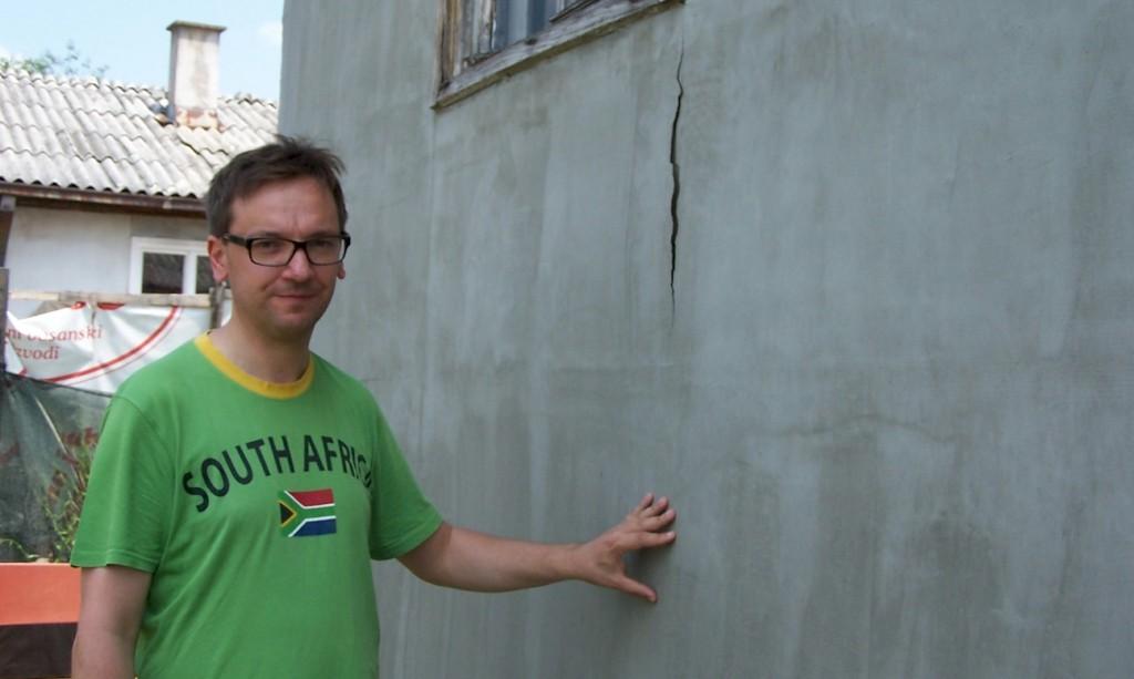 Hilfsfahrt Juni 2014 - Vor allen bei einfachen Holzhäusern hat das Wasser die Wände und Fassaden aufgequillt